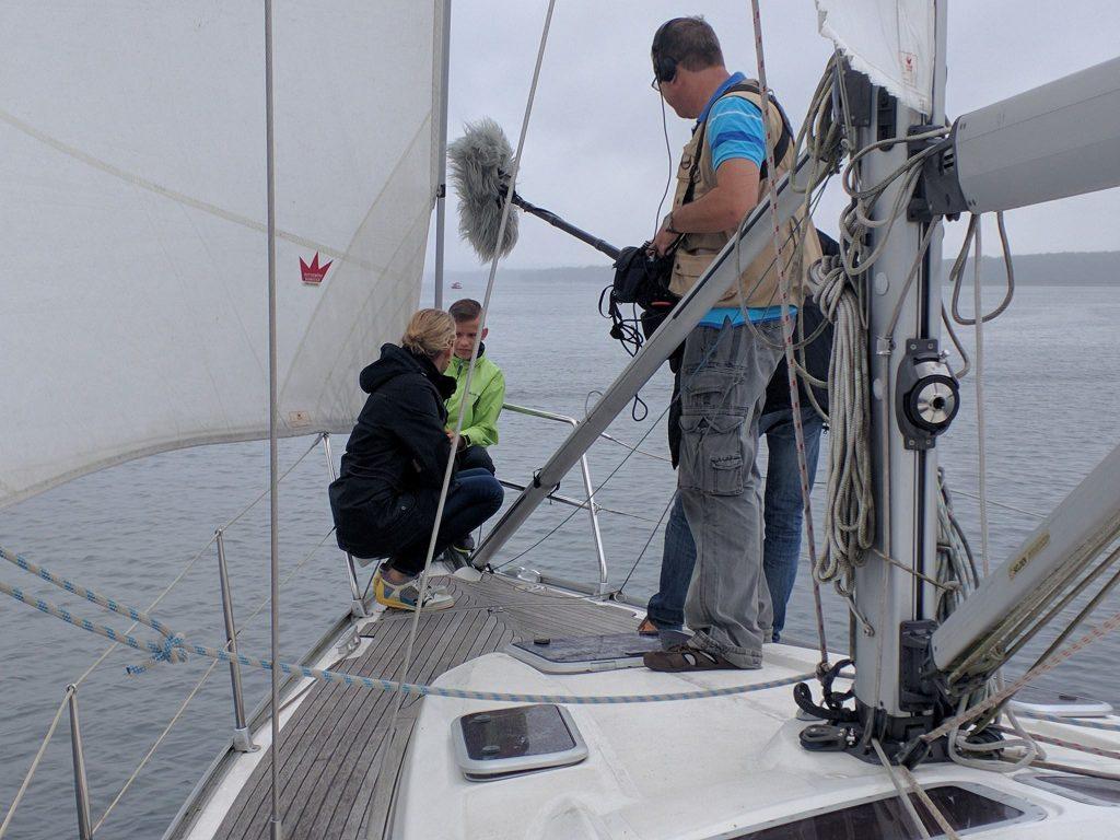 Ulrike Finck an Bord der Segelyacht auf dem Scharmützelsee