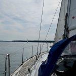 Blick zum Bug einer Segelyacht auf dem Scharmützelsee