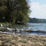 Starker Wind und Wellen am Strand am Schlosspark in Bad Saarow am Scharmützelsee