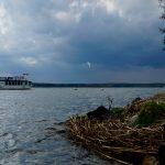Dunkle Wolken und starker Wind mit Kiter und Fahrgastschifffahrt