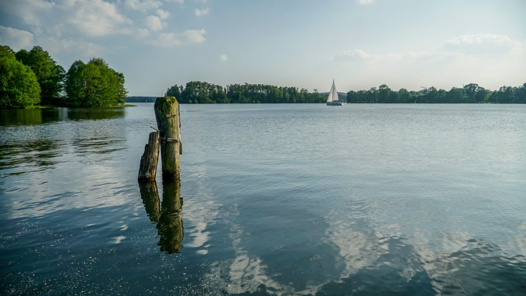 Segelyacht segelt auf dem Scharmützelsee in den Sonnenuntergang